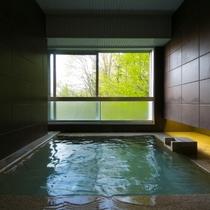 【客室展望風呂】四季折々でその表情を変える、自然が織りなす景色を眺めながら、至高の湯浴みを愉しむ。
