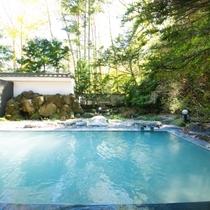 【露天風呂】日によって青白くも乳白色にも見える登別温泉の湯。目にも美しいその湯色に、心が癒されます。