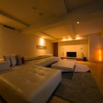 【エグゼクティブスイート】デザイン性と機能性を兼ね備えたソファが配されたリビングは、洗練された空間。