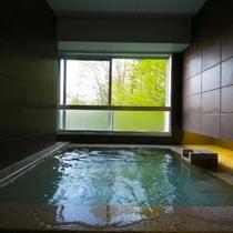 【ジュニアスイート】十分な広さの展望風呂に浸かる。漂う硫黄の香りと白濁した湯が心地よい至福の時です。