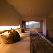 【エグゼクティブスイート】夜は120㎝幅のダブルベッドにて、時間を気にせずゆっくりお休みください。