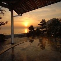 朝日が昇る露天風呂
