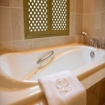 ダブルルームのバスルーム(ジャグジー&シャワー室付)