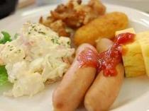 朝食では人気のウィンナーやベーコン、スクランブルエッグなどがご賞味頂けます。