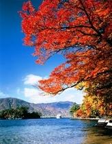 紅葉の十和田湖と遊覧船