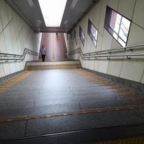 ◆ホテルへの道順③◆突き当りの階段を降ります