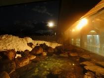 冬の露天風呂 夕暮れの風景