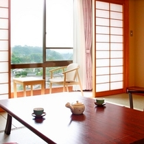 ■余裕の広さ【和室12畳(バストイレ付】・窓から天竜川の下流や丘陵の住宅街などを望むことができる