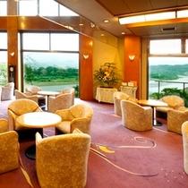 ■ロビーラウンジ・大きな窓から天竜川を望むロビーでまずはひと段落