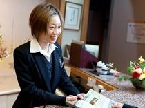 笑顔溢れるフロントスタッフ、観光案内も得意です