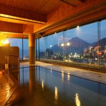夕暮れ時の夢見の湯。大浴場からは山向こうに沈む夕日もご覧頂けます。