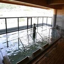 夢路の湯の露天風呂。寝湯もございますので、星空を眺めながら心も癒されてみては?
