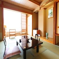 和10畳のお部屋。優しい茶香炉香りに包まれてのんびりとお過ごし下さい(^ _ -)☆