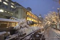 鴬宿川からみた夜の外観(冬)