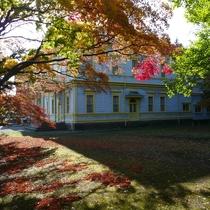 紅葉の季節の旧函館区公会堂