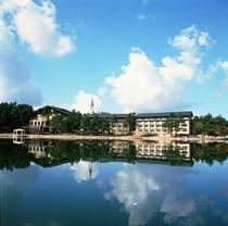 森の湖のほとりにある静かなホテル