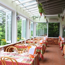 【1階レストラン】自然の光が差し込む開放的な空間