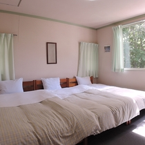 *【客室一例】ホワイトとグリーンの配色が心地よいトリプルルーム・BTなし