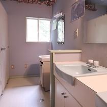*【館内/共同トイレ】1.2階にございます。もちろんここにもお花がいっぱい♪