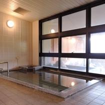 *内湯/北アルプスを臨む温泉施設。男女それぞれ内湯と露天風呂が1ケ所ずつございます。