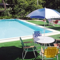 夏季営業するホテル内のプール