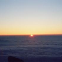 雲の海から昇る太陽!!山の上ではこんな景色が毎日のことなんです♪