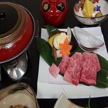 特選牛の陶板焼き:お肉が蒸し焼きになるので柔らかくお召し上がりいただけます