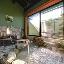 *家族風呂/ほんのり薫る硫黄の香りも天然温泉だからこそ。pH8.37の優しい湯触りを貸切でご堪能下さい。