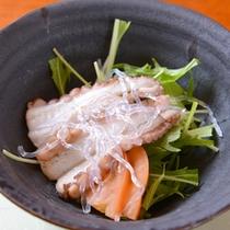 *お夕食一例(酢物)/みず菜と酢だこをあわせて、さっぱりとした味わいに。