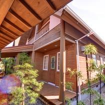*露天風呂付きログハウス(離れ)/木のぬくもりが癒しの空間へ誘います。