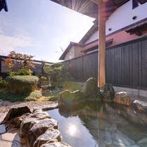 *露天風呂付き和室(離れ)/開放感あふれる空間と広め露天風呂。自然の息吹に心癒されるひと時を。