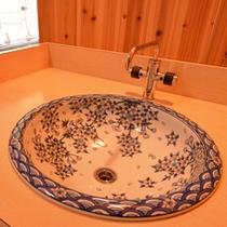 """*家族風呂の洗面台/佐賀県の伝統工芸品のひとつ""""陶磁器""""で洗面台の流しを華やかに。"""