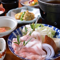 *お夕食一例(鍋物)/心も体も温まるお鍋は和風出汁にくぐらせてお召し上がり下さい。