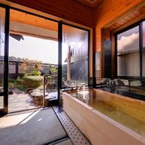 *露天風呂付き和室(離れ)/ゆったり広々とした浴室。扉の向こうでは露天をお愉しみいただけます。