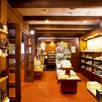 館内売店ではお土産物の他、各種工芸品などを販売しております。