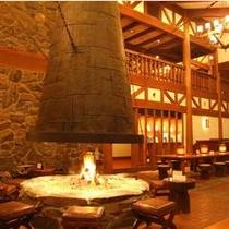 ロビーラウンジ アゼリア 暖炉に火が灯ると、その空間にはゆったりとした時間が流れ始めます。