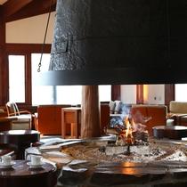 大きな暖炉が特徴的なラウンジ「アゼリア」。