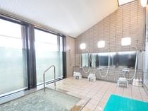 【浴場】高原を望む浴場。バイブラバスで身体をほぐし、心までリラックス。