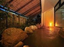 内湯の隣には露天風呂もあり!遠刈田の熱めのお湯が気持いい(男女入替え有り)