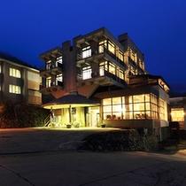 夕暮れのホテル全景 1
