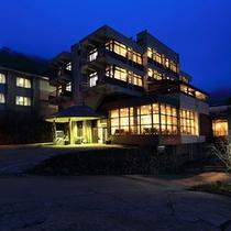 夕暮れのホテル全景
