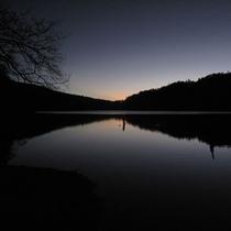 【丸沼湖畔の朝焼け】
