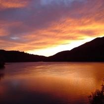 【丸沼湖畔の夕暮れ】*空と湖面が夕日に染まる