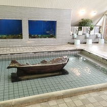 【虹マス風呂*大浴場】本物のニジマスが壁面水槽で泳いでいます