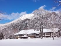 開館前の環湖荘。4月でこの雪の量です!