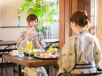 爽やかな日差しが差し込む会場で美味しい朝食をご提供(浴衣でご利用頂けます)