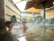 露天風呂にたっぷり注がれる天然温泉はグループ旅館のホテル鐘山苑からローリー輸送
