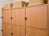 脱衣場のロッカーも鍵付で安心です。タオルはお部屋からお持ち下さい