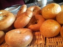 朝食のパンは日替わりのお楽しみ。