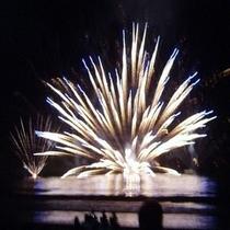 毎年8/8開催【弓ヶ浜花火大会】海に打ち込み、海面で爆発する珍しいタイプ
